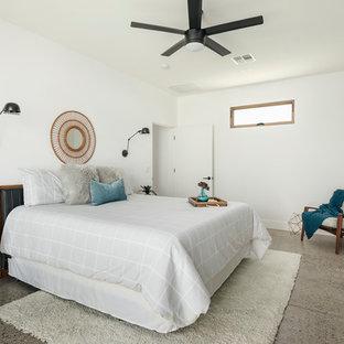 Ejemplo de dormitorio principal, contemporáneo, pequeño, con paredes blancas, suelo de cemento y suelo gris
