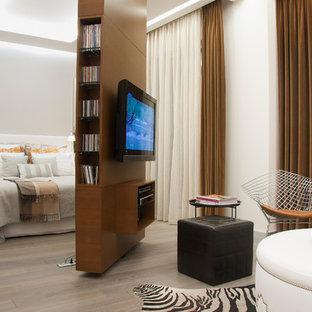 Modernes Hauptschlafzimmer Ohne Kamin Mit Weißer Wandfarbe In Sonstige