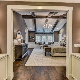 Esempio di un'ampia camera matrimoniale con pareti viola, parquet scuro, soffitto a volta e boiserie