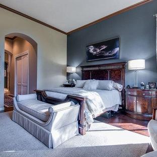 シアトルの中サイズのトランジショナルスタイルのおしゃれな主寝室 (青い壁、濃色無垢フローリング、標準型暖炉、木材の暖炉まわり)