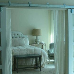 Imagen de dormitorio principal, marinero, sin chimenea, con paredes blancas y suelo de piedra caliza