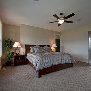 Foto de dormitorio principal, de estilo americano, grande, con paredes marrones y moqueta