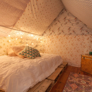 Cette photo montre une chambre romantique avec un sol en bois brun et un mur multicolore.