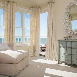 Ejemplo de dormitorio principal, costero, grande, sin chimenea, con paredes beige, moqueta y suelo blanco