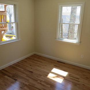 Ejemplo de habitación de invitados campestre, de tamaño medio, sin chimenea, con paredes beige y suelo vinílico