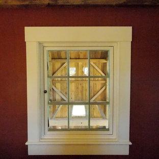 Imagen de habitación de invitados de estilo de casa de campo, pequeña, con paredes rojas y suelo de madera en tonos medios