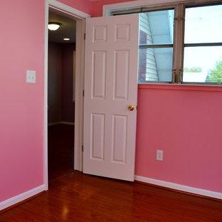 Idées déco pour une chambre d'amis éclectique de taille moyenne avec un mur rose, un sol en bois brun, aucune cheminée et un sol marron.