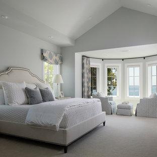 Imagen de dormitorio principal, costero, con paredes grises, moqueta y suelo blanco
