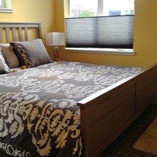 Modelo de dormitorio principal, minimalista, pequeño, sin chimenea, con paredes amarillas y moqueta