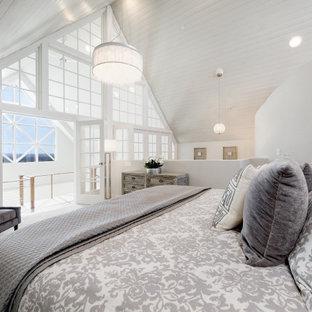 Mittelgroßes Klassisches Hauptschlafzimmer mit Teppichboden, grauem Boden, weißer Wandfarbe, Holzdielendecke und gewölbter Decke in Boise
