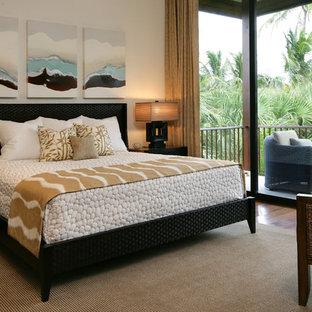 Exotisk inredning av ett sovrum, med vita väggar