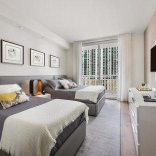 Diseño de habitación de invitados actual con paredes beige, suelo de mármol y suelo beige