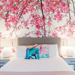 Idée de décoration pour une très grand chambre d'amis tradition avec un mur multicolore et un sol en bois foncé.