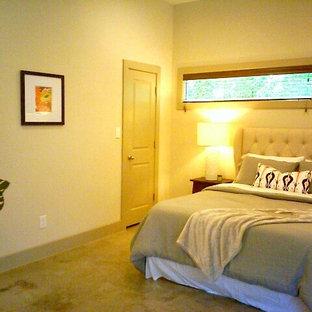 Свежая идея для дизайна: маленькая хозяйская спальня в современном стиле с бежевыми стенами и бетонным полом - отличное фото интерьера