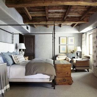 Inspiration för ett stort medelhavsstil sovrum, med grå väggar, heltäckningsmatta, en standard öppen spis och en spiselkrans i betong