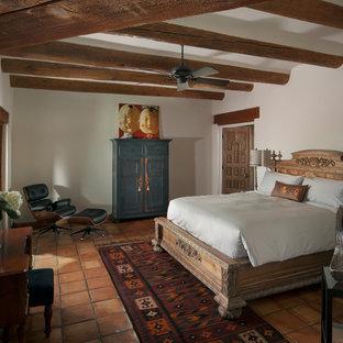 Idéer för ett mellanstort rustikt huvudsovrum, med vita väggar och klinkergolv i terrakotta