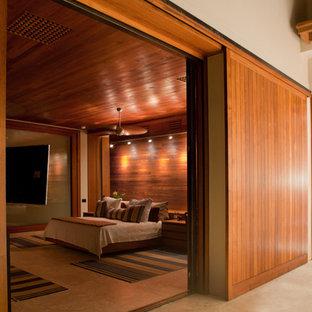 Imagen de dormitorio principal, contemporáneo, grande, sin chimenea, con paredes blancas y suelo de cemento