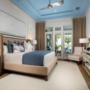 Ispirazione per una camera matrimoniale costiera con pareti bianche, pavimento in legno massello medio e nessun camino
