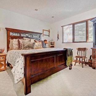 Diseño de dormitorio principal, rural, grande, sin chimenea, con paredes blancas, moqueta y suelo blanco