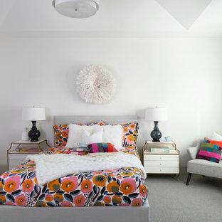 Foto på ett stort vintage gästrum, med vita väggar, heltäckningsmatta och grått golv