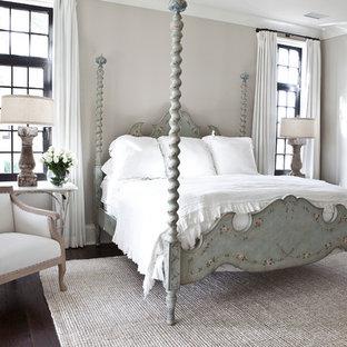 Aménagement d'une chambre classique avec un mur gris et un sol en bois foncé.