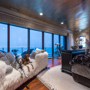 Diseño de dormitorio principal, exótico, extra grande, con suelo de madera oscura, chimenea tradicional, marco de chimenea de baldosas y/o azulejos, paredes multicolor y suelo marrón