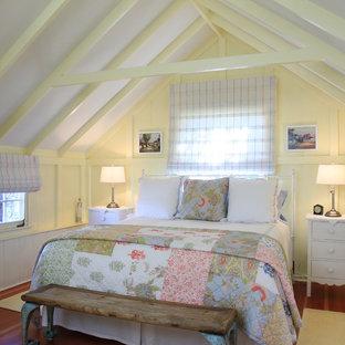 フェニックスのビーチスタイルのおしゃれな寝室 (黄色い壁、無垢フローリング、暖炉なし) のレイアウト