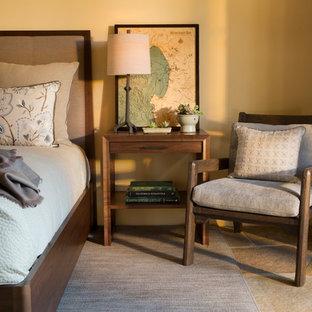 Foto de dormitorio principal, tradicional renovado, de tamaño medio, sin chimenea, con paredes amarillas y suelo de pizarra