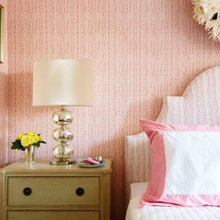 Modelo de habitación de invitados tradicional renovada, de tamaño medio, sin chimenea, con paredes rosas, suelo de madera en tonos medios y suelo marrón