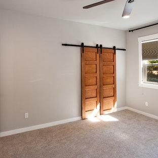 Ejemplo de dormitorio principal, tradicional, grande, con paredes grises, moqueta y suelo gris