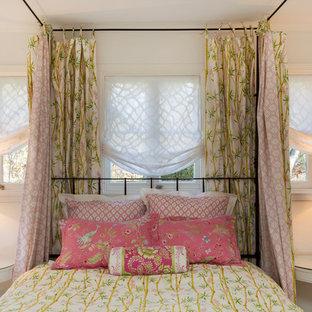 Ispirazione per una grande camera degli ospiti shabby-chic style con pareti blu, camino bifacciale e cornice del camino in pietra