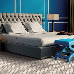 Diseño de dormitorio principal, minimalista, de tamaño medio, sin chimenea, con moqueta, paredes azules y suelo multicolor