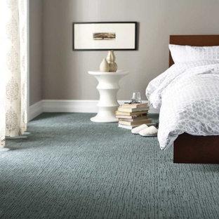 Imagen de habitación de invitados tradicional renovada, de tamaño medio, con suelo azul, paredes beige y moqueta