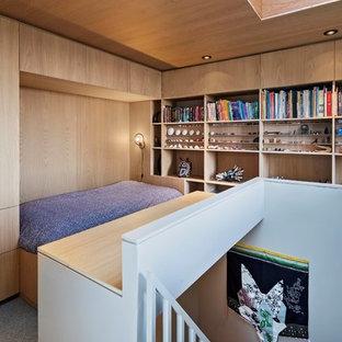 Ejemplo de dormitorio tipo loft, minimalista, pequeño, con moqueta y suelo gris