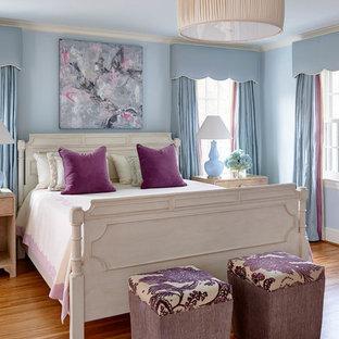 シャーロットの広いトラディショナルスタイルのおしゃれな主寝室 (青い壁、無垢フローリング)