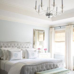 Diseño de dormitorio principal, tradicional, de tamaño medio, sin chimenea, con paredes azules, moqueta y suelo azul