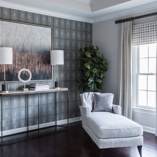 Immagine di una camera matrimoniale minimalista di medie dimensioni con pareti grigie, parquet scuro, pavimento marrone e soffitto a cassettoni