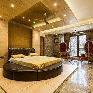 デリーの大きいコンテンポラリースタイルのおしゃれな主寝室 (ベージュの壁、大理石の床、茶色い床) のインテリア