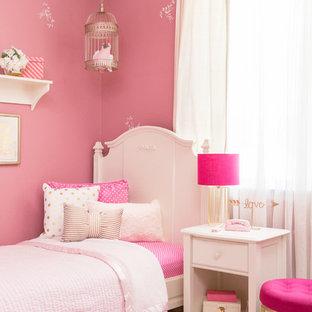 Inspiration för ett stort gästrum, med rosa väggar och heltäckningsmatta