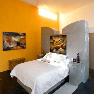 Foto di una camera da letto contemporanea con pareti arancioni