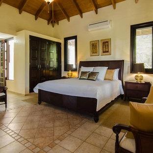 Modelo de dormitorio principal, exótico, extra grande, con paredes blancas, suelo multicolor y suelo de travertino