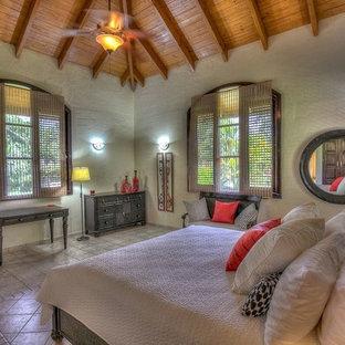 Foto de dormitorio principal, tropical, extra grande, con paredes blancas, suelo de travertino y suelo multicolor