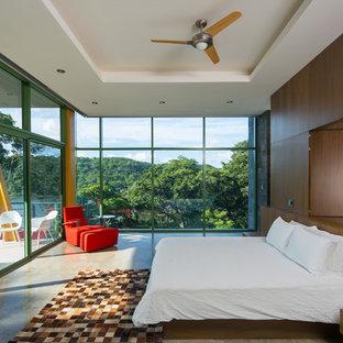 他の地域の大きいコンテンポラリースタイルのおしゃれな主寝室 (暖炉なし、グレーの壁、コンクリートの床、グレーの床) のレイアウト