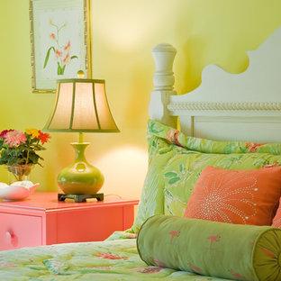 Eklektisk inredning av ett sovrum, med gula väggar
