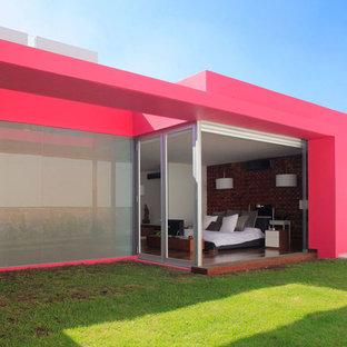 Ejemplo de dormitorio principal, contemporáneo, grande, con paredes blancas, suelo de madera pintada y marco de chimenea de madera