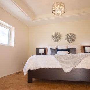 Bild på ett mellanstort funkis gästrum, med vita väggar, korkgolv och brunt golv