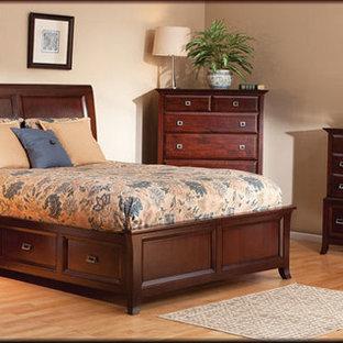 Foto de dormitorio principal, clásico renovado, de tamaño medio, sin chimenea, con paredes beige y suelo de bambú