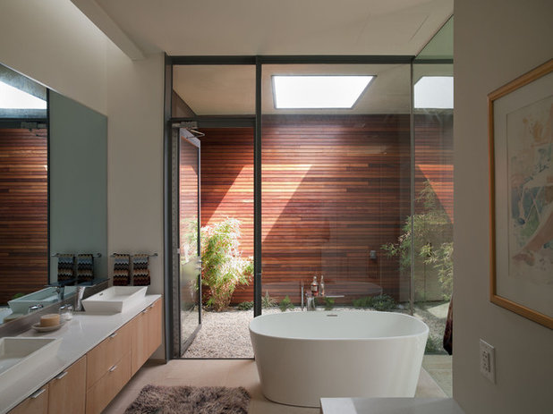 Private access 12 bathroom windows that reveal only the views for Bathroom w c meaning