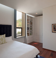 modern bedroom Cascading Creek House