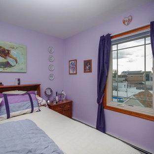 Foto de dormitorio pequeño, sin chimenea, con paredes púrpuras, moqueta y suelo gris